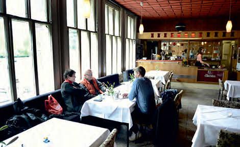 """Zu Tisch mit Uschi Brüning und Ernst-Ludwig """"Luten"""" Petrowsky (Foto: Lutz Voigtländer)"""