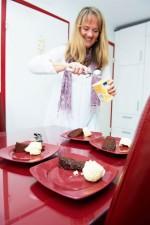 Eis und Schokoladenkuchen mit Himbeer-Chili-Sauce
