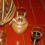 Espresso im Glas nebst Behältnis mit Kokosblütenzucker kbA. (Foto: Katrin Sohns)