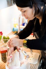 Céline Rudolph bei der Vorbereitung des Huhns