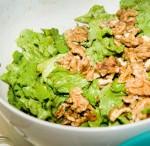 Grüner Salat mit Walnüssen und Speck