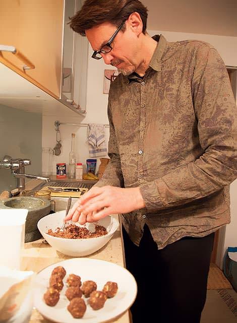 Peter Madsen rollt Schokokugeln
